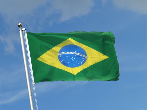 Drapeau Brésil 90 x 150 cm flottant fièrement au vent sur le mât