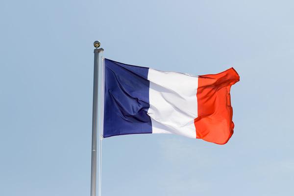 Drapeau français 90 x 150 cm flottant fièrement au vent sur le mât